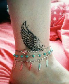 Asa de desenhos de tatuagem no Tornozelo olhar fresco com pulseiras de tornozelo…
