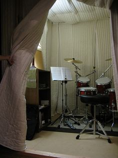 Soundproofing a Drum Room with Sound Absorption Sheets Audimute sound absorption blankets draped over frame Drums Studio, Music Studio Room, Sound Studio, Music Rooms, Diy Vocal Booth, Recording Studio Setup, Moving Blankets, Drum Room, Sound Absorption