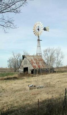 Old Farm Barn & Windmill By Old Well! Love this rustic old barn and windmill! Farm Windmill, Wooden Windmill, Windmill Art, Pompe A Essence, Old Windmills, Barn Pictures, Country Barns, Country Life, Country Living