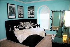 Corner Bed. LOVE. :) Annd its my colors annnd my fleur de Lis!!!!!!