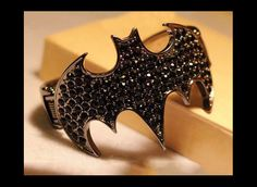 Fantástico brazalete en forma del logo de Batman