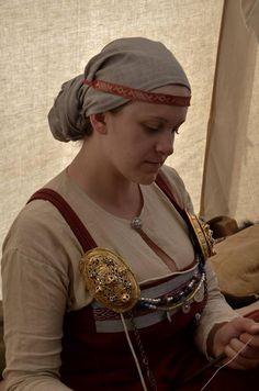 Mon interprétation d'une coiffe portée en association avec un galon broché, d'après la tombe 963. Viking Garb, Viking Reenactment, Viking Dress, Viking Clothing, Fantasy Clothes, Norse Vikings, Viking Woman, Clothing And Textile, Historical Costume