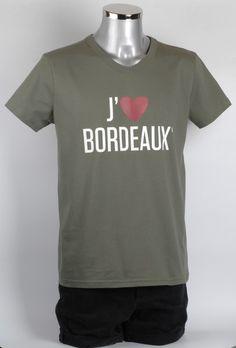 T-shirt - J'aime BORDEAUX vert militaire col V, à la coupe classique.  Vous êtes amoureux de Bordeaux ? L'un de vos proches l'est peut-être, le t-shirt J'aime BORDEAUX© est le cadeau idéal pour tous les amoureux de Bordeaux. Un souvenir de Bordeaux indispensable.