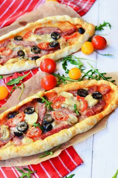 Pizzette cu salam - CAIETUL CU RETETE Cooking Bread, Cooking Recipes, Healthy Recipes, Pizza Lasagna, Continental Breakfast, Calzone, Vegetable Pizza, Good Food, Food And Drink