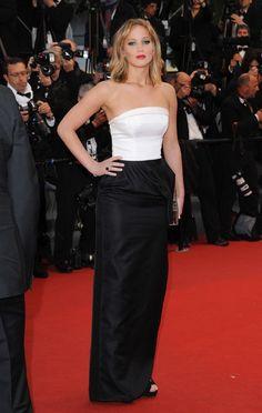 #JenniferLawrence vestida también de #Dior, con palabra de honor, esta vez bicolor, muy sencillo.