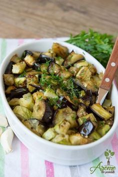 Eggplant and zucchini with garlic in the oven - Story flavors Raw Vegan Recipes, Diet Recipes, Cooking Recipes, Healthy Recipes, Cooking Light, Easy Cooking, Romanian Food, Side Dishes Easy, Casserole Recipes
