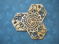 NEW!!! SET OF 6 COASTERS OF GAUDÍ TILE in the Passeig de Gràcia in BARCELONA.  Ideal to put your drinks or to make an original gift for lovers of Gaudí, Modernism and Barcelona.  Three mandalas with a single design !! This tile was designed by Gaudí in 1904 for Casa Batlló floor, and was installed in some rooms of the CasaMilà-la Pedrera. Gaudí made the wax mold with their own hands. You can currently be seen on the sidewalks of the Passeig de Gracia, where they were placed in 1976. It is…