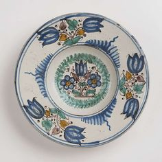 A HABÁN PLATE 1693, western Slovakia Faience, white glaze, painted in grand feu colors. Broad rim — Keramik, Steingut, Steinzeug, Fayence, Feinststeinzeug, Ton, Terracotta