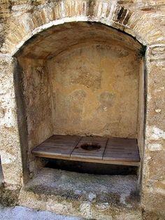 Castle toilette.  di solito un semplice foro di scarico verso l'esterno. Tali servizi igienici erano spesso collocate all'interno di una piccola camera. A seconda della struttura dell'edificio, garderobes potrebbero portare a pozzi di processo o fossati. Molti sono ancora visibili in Norman e castelli medievali e fortificazioni. Sono diventati obsolete con l'introduzione di impianto idraulico interno.