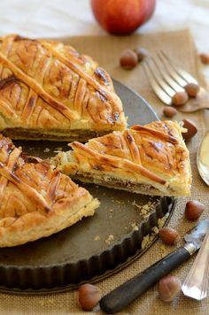 Ça faisait longtemps que je n'avais pas fait de gâteau pour les rois alors je m'y remets. J'ai réalisé une galette des rois pomme et amande.