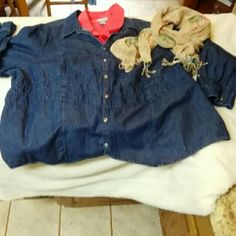 5x Denim Shirt Denim button front shirt with waist detail. Looks great alone, or over other shirts worn open. Tops Button Down Shirts