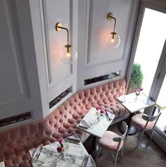 Cafe design with velvet tuft booth seating and marble tables. Elegant and modern cafe design. Interior Design Pictures, Salon Interior Design, Restaurant Interior Design, Modern Interior Design, Restaurant Furniture, Design Retro, Cafe Design, Banquette D Angle, Restaurant Booth