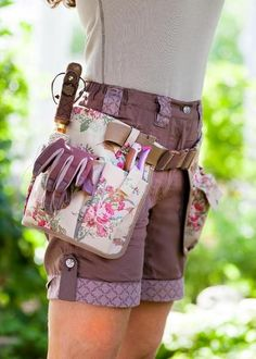 This practical and durable tool belt, with pockets for various garden tools, is easy to hang over your clothes. The waist strap is adjustable to fit all sizes and the pockets can be moved in various positions along the waist. Benefits: Nylon Pockets for carrying small garden tools - Cutter pocket Pen pocket All-round pockets Phone Pocket Material: 100% Polyester Colour: Classic Floral Size: One Size