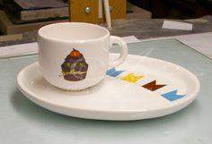 Calco vitrificable full color para taza y desayunador a partir de diseño aportado por el cliente.