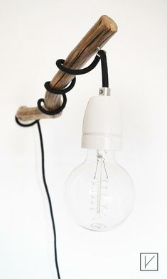 Wandleuchte / Astwandlampe WOOD LOVE Hamburg --- Dies ist eine handgefertige Wandleuchte, die sich ideal dazu eignet einen Raum wirken zu lassen. Die Kombination aus Naturmaterialien und modernen Elementen verleihen ihr einen eigenen Charme. Textilkabel weiss, 3 Meter, Leuchtenpendel mit E27 Porzellanfassung, Schnurschalter und Stecker.