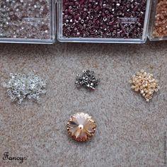 Хочу поделиться с вами способом ажурного оплетения обратной стороны кристаллов риволи Сваровски 14 мм. Мастер-класс будет на примере оплетения риволи для серег 'Нежный персик' с использованием японского бисера Delica (о том как создавались эти сережки можно посмотреть здесь). Материалы, которые нам понадобятся для работы (названия и номера цветов, используемых в этом мастер-классе указаны в…