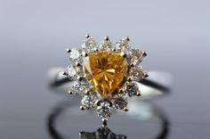 Catawiki Online-Auktionshaus:  Herzförmiger Entourage Ring mit Fancy Intense Yellow Orange Diamant