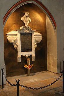 Mausolée de Bayard dans la Collégiale St-André de Grenoble-  Bayard guerroie en Espagne où il ne peut enlever Pampelune (nov 1512) puis en Flandres (1513). En 1515 il est nommé lieutenant général du Dauphiné et le soir de la bataille de Marignan, sa renommée est telle que François 1° veut être armé chevalier par lui. En 1519 il tient la place de Mézières contre l'armée de Charles Quint.