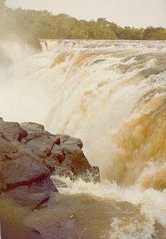 Salto de Sete Quedas, ou Salto Guaíra, em Guaíra, estado do Paraná, Brasil. Foi a maior cachoeira do mundo em volume de água, até o seu desaparecimento com a formação do lago da Usina Hidrelétrica de Itaipu em outubro de 1982. Esta imagem foi feita em dezembro de 1978.  Fotografia: Mario Cesar Mendonça Gomes no Flickr.