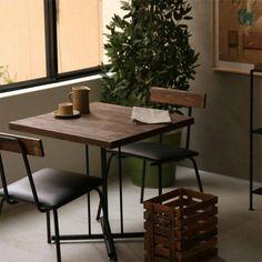 古木風に仕上げたパイン無垢材に、オイル塗装を施した、ヴィンテージスタイルの「KeLT」カフェテーブル。
