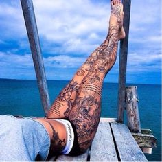 Tattoo: 200 models and ideas for a woman's tattoo tatoo feminina - tattoo feminina delicada - ta Tattoo Bein Frau, Tattoos Bein, Body Art Tattoos, Thigh Tattoos, Tattoo Ink, Tattoo Care, Full Body Tattoos, Grey Tattoo, Tribal Tattoos