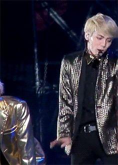 "Jonghyun imitating Taemin's ""danger"" performance 2/2 jajaja la reta xD"