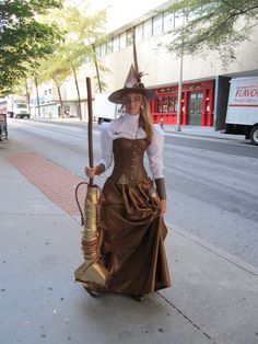Love this Steampunk Witch costume. Check out her broom! Steampunk Witch, Steampunk Couture, Steampunk Halloween, Steampunk Cosplay, Victorian Steampunk, Steampunk Clothing, Steampunk Fashion, Steampunk Crafts, Renaissance Clothing