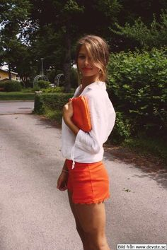 burnt orange shorts, white top, orange clutch - in love! #kendrascott #teamKS