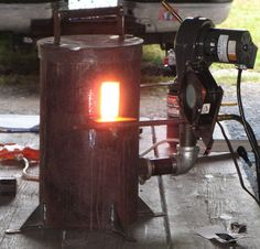 The demonstrators at Ashokan this year were using a gas forge that Paul Norris built based on a design by Don Fogg. Metal Projects, Welding Projects, Diy Forge, Propane Forge, Blacksmith Forge, Melting Metal, Metal Fab, Blacksmith Projects, Industrial