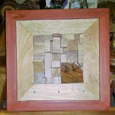 llavero en madera de encino negro (roble) con fresno, enmarcado en pino entintado.