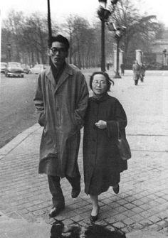 1916년 경성에서 태어나고, 경성여고를 거쳐 이화여대 영문과를 졸업한 신여성 지식인 변동림은 천재시인 이상의 날개에서 묘사되는 아내의 주인공입니다. 1936년 이상과의 결혼식을 올린 후 4개월만에 파경을 맞게되고 1944년 화가 김환기와 재혼합니다. 그 후 김향안이라는 필명으로 수필가로 데뷔하고, 김환기와 함께 파리에서 미술평론을 공부하였습니다. 김환기가 사망한 후 그의 예술을 알리기 위한 사설 개인 최초미술관 환기미술관을 설립합니다. 위 사진은 화가 김환기와 파리에서 오붓한 시간을 보내는 모습입니다.