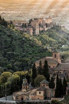 La Alhambra y la Abadía del Sacromonte, Granada (España) Places In Europe, Places To Travel, Places To Visit, Travel Around The World, Around The Worlds, Europe Holidays, Le Palais, Spain And Portugal, Roadtrip