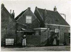 Vuurbaakstraat 87-89, rechts een moeder met kind. 1933 #ZuidHolland #Scheveningen