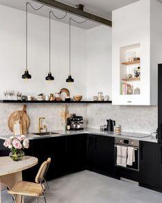Black Kitchens, Home Kitchens, Kitchen Furniture, Kitchen Decor, Küchen In U Form, Neutral Kitchen, Beautiful Kitchens, Kitchen Design, Sweet Home
