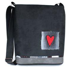 791+-+srdcovka+Originální+ručně+malovaná+taška+speciálnímivoděodolnými+barvami,které+jsou+stálobarevné,odolné+vůči+oděru,pružné+a+omyvatelné.+Barevný+podklad:šedá+grafitová.+Uvnitř+taškyje+jedna+dělená+kapsa.+Délka+ramínka+je+nastavitelná+(max.délka+130+cm).+Rozměry:+výška33+cm,+šířka+32+cm+(+dno+28x8+cm).+Každá+taška+je+vystavena+pouze+v+jediném...