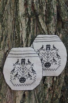 Halloween Ditty Bag' Sub Rosa, 40 ct Permin of Copenhagen Natural linen, thread Dmc 310.