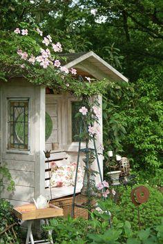 12 Ideen zum Sitzen im Garten - Garten, Balkon & Pflanzen - Garden Shed Diy, Garden Cottage, Diy Garden Decor, Garden Pots, Small Gardens, Outdoor Gardens, Gazebo, Pergola, Most Beautiful Gardens