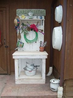 Old Pallets Ideas Maybe I'll use one of our old doors for a potting bench like this. (garden ideas using pallets potting benches) - Garden Ideas Using Pallets, Garden Yard Ideas, Garden Table, Garden Sheds, Garden Hose, Garden Benches, Garden Fun, Glass Garden, Garden Projects