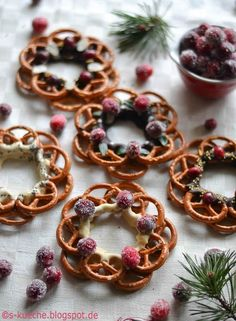 Pretzel wreaths with chocolate as a sweet and salty snack - Dessert Recipes Oktoberfest Party, Baking Recipes, Cake Recipes, Dessert Recipes, Recipes Dinner, Salty Snacks, Vegetable Drinks, Macaron, Banana Split