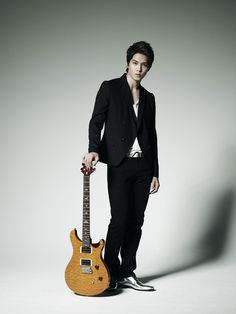 Lee Jong Hyun.  Love the silver shoes.  Very Elvis but way hotter.