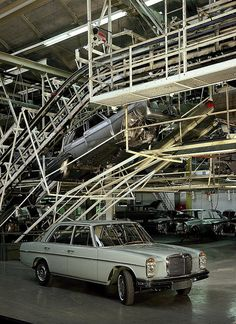 1967 Mercedes Benz Assembly Line Mercedes Slc, Mercedes W114, Mercedes E Class, Classic Mercedes, Mercedes Benz Cars, Volkswagen, Assembly Line, Automotive Photography, Maybach