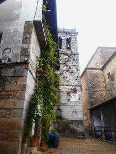 Torre de la Iglesia desde el ayuntamiento. Esta torre esta separada de la iglesia dada su doble misión religiosa y militar.