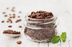 What if I tell you that you can achieve super smooth and cellulite-free skin in no time by using coconut oil? Yes, coconut oil for cellulite! Body Scrub Diy, Body Scrub Recipe, Cellulite Scrub, Peeling Cellulite, Reduce Cellulite, Coconut Oil Coffee, Coffee Face Scrub, Sugar Scrub Homemade, The Body Shop