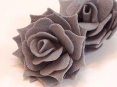 Set 2 Rose 3D in Feltro XXL Colore Grigio Chiaro di PaperLoveFantasy su DaWanda.com