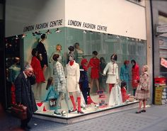 London shop window, 1969 Seventies Fashion, 60s And 70s Fashion, Fashion Now, London Fashion, Vintage Fashion, Window Display Retail, Display Windows, Store Windows, Vintage Mannequin