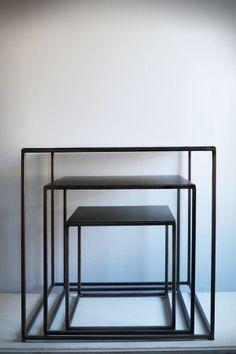 """Soffbord vid varje sida, praktiskt att ha småbord runt soffan. Rödbrun metall. Bättre än traditionellt soffbord som känns mer som """"hemmiljö"""". 3995 kr"""