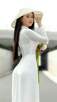 Vietnamese Asian Girl in White Ao Dai Long Dress and Hat. Vietnamese Traditional Dress, Vietnamese Dress, Traditional Dresses, Ao Dai, Moda China, Vietnam Girl, Beautiful Asian Women, Sexy Asian Girls, Emo Girls
