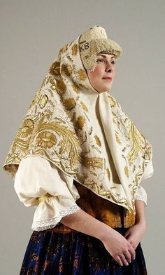 Festive head wear of a married woman from Kargopol Region, Olonetsk Province, Russia. Kokoshnik: beads, mother of pearl, pearls; shawl: gold embroidery. 19th century. Authentic specimen from the State Russian Museum. #Russian #folk #costume