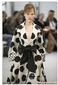 Chloe trench coat - now those are some polka dots! Dots Fashion, White Fashion, Fashion Outfits, Womens Fashion, Dot Dress, Dress Up, Dries Van Noten, Little Presents, Estilo Fashion