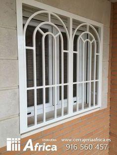 Rejas tipo ingles modernas Home Window Grill Design, Window Grill Design Modern, Iron Window Grill, Balcony Grill Design, Grill Door Design, Window Design, Classic House Design, House Front Design, Iron Windows